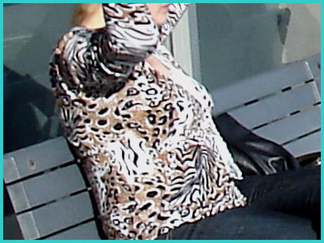 Blonde léopardienne en bottes à talons hauts et verres fumés -  Leopard blond mature with sunglasses and high-heeled Boots - Aéroport de Montréal PET / Montreal PET airport.