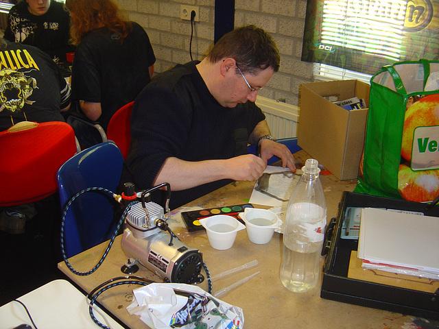 André bezig met papier en verf
