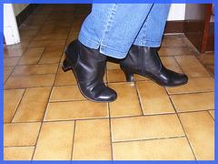 Bottes courtes à talons hauts avec jeans sur parquet de tuiles - Short high-heeled Boots on tiles floor