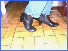 Bottes courtes à talons hauts avec jeans sur parquet de tuiles- Short high-heeled Boots on tiles floor- Mon amie Christiane avec / with permission.