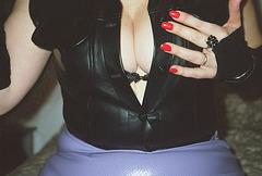 Lady Roxy -  Erotic hand and impeccable low-cut display -  Main érotique et décolleté impeccable