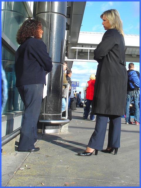Hôtesse de l'air blonde en Talons Hauts Couperet / Smoking blond flight attendant in chopper heels