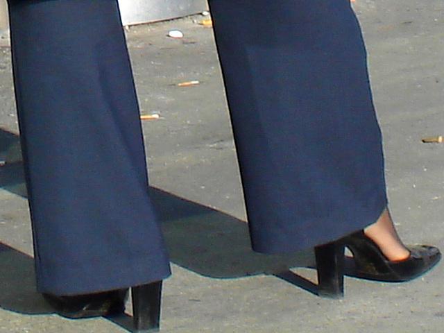 Hôtesse de l'air blonde en Talons Hauts Couperet /  Smoking blond flight attendant in chopper heels - Montreal airport. 18 octobre 2008.