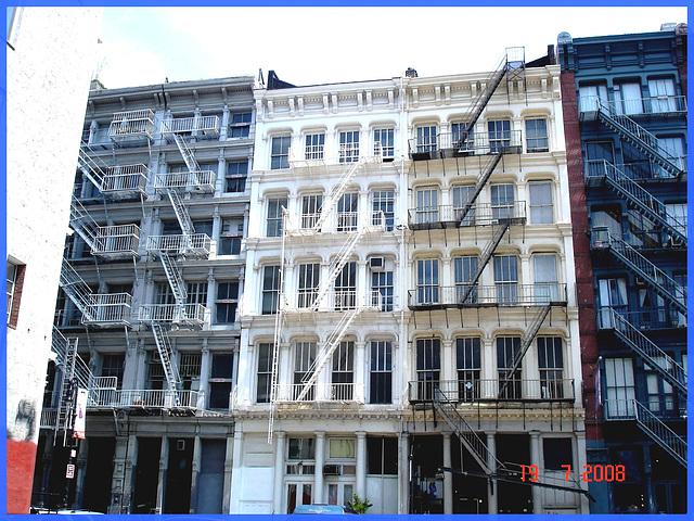 Windows & fire escapes- Fenêtres et escaliers de secours. NYC.
