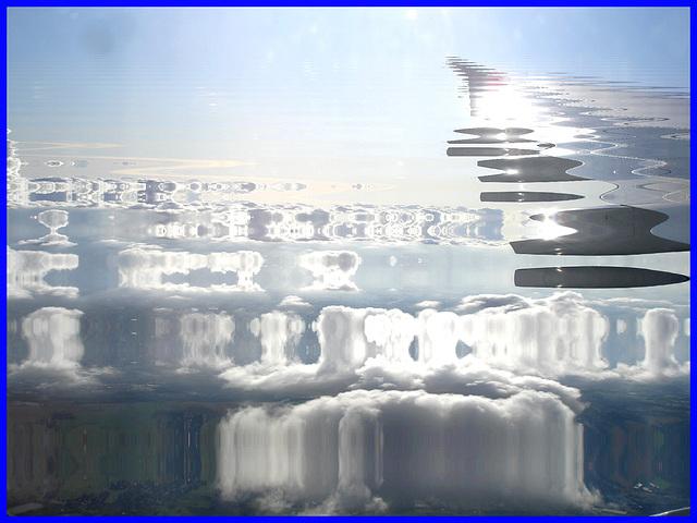 Aile et nuages - Vol Air Transat Bruxelles-Montréal- 29 octobre 2008-Reflet dans l'eau des nuages- Photofiltre.