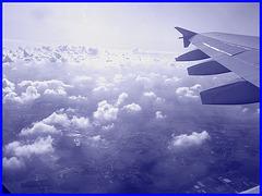 Aile et nuages - Vol Air Transat Bruxelles-Montréal- 29 octobre 2008-Tout en bleu- Photofiltre.
