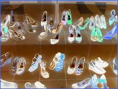 Lèche-vitrine podoérotique haut en couleur -  Window store shoes display  - Photofiltre en négatif- Toronto, Canada