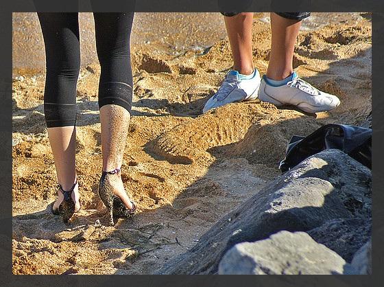 Ester's sandy dancing heels candid shot  -  Dancing in the sand in high heels shoes - Talons hauts dansant dans le sable.