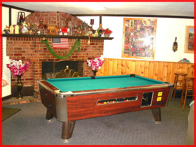 Killington Pico Motor Inn / Pool game table - Table de billard / Killington, Vermont. USA.  August 7th 2008.