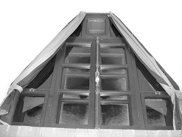 Room's window  -  Fenêtre de chambre /  Abbaye de St-Benoit-du lac au Québec  - 7-02-2009  -  B & W avec flash