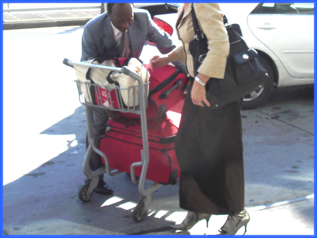 Dame blonde d'âge mûr en Bottes sexy et son chauffeur- Blond mature in sexy boots with her private driver-Montreal PET airport - Aéroport PET de Montréal / 18 octobre 2008