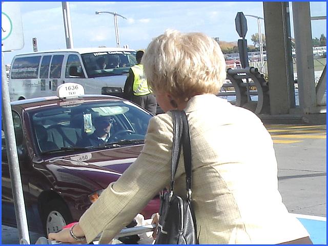 Dame blonde d'âge mûr en Bottes sexy et son chauffeur- Blond mature in sexy boots with her private driver-Montreal PET airport- Aéroport PET de Montréal.
