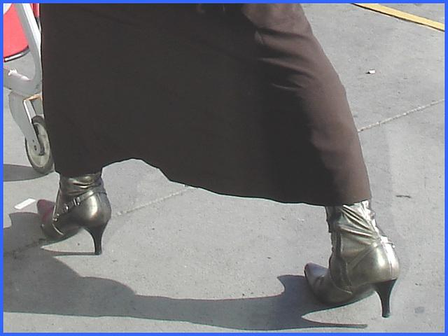 Dame blonde d'âge mûr en Bottes sexy et son chauffeur- Blond mature in sexy boots with her private driver-Montreal PET airport- Aéroport PET de Montréal. 18 octobre 2008