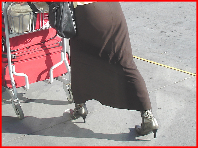 Dame blonde d'âge mûr en Bottes sexy et son chauffeur- Blond mature in sexy boots with her private driver-Montreal PET airport- Aéroport PET de Montréal.