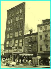 Rubbery scenery- Décor caoutchouteux- À l'ancienne. Vintage style- Canal street - NYC.