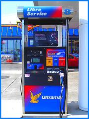Ultramar -  Chaîne de stations-service au Québec /  Famous gas stations in Quebec, CANADA.  Dans ma ville - Hometown. 12 octobre 2008.