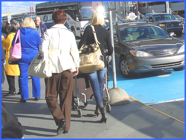 Divinité blonde en jeans et bottes à talons hauts avec boucles - Gorgeous blond Divinity in jeans and high heeled buckled boots- PET Montreal airport.