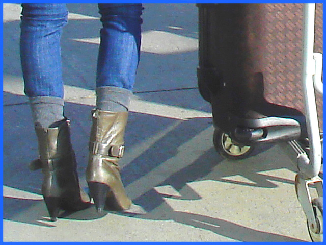 Divinité blonde en jeans et bottes à talons hauts avec boucles - Gorgeous blond Divinity in jeans and high heeled buckled boots- PET Montreal airport.