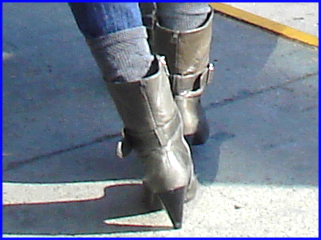 Divinité blonde en jeans et bottes à talons hauts avec boucles - Gorgeous blond Divinity in jeans and high heeled buckled boots - PET Montreal airport. 18 octobre 2008.