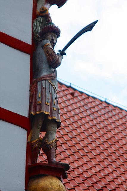 er wacht an der Turmecke des Schlosses