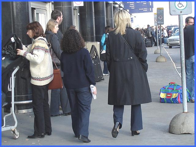 Hôtesse de l'air blonde en Talons Hauts Couperet / Smoking blonde flight attendant in chopper heels