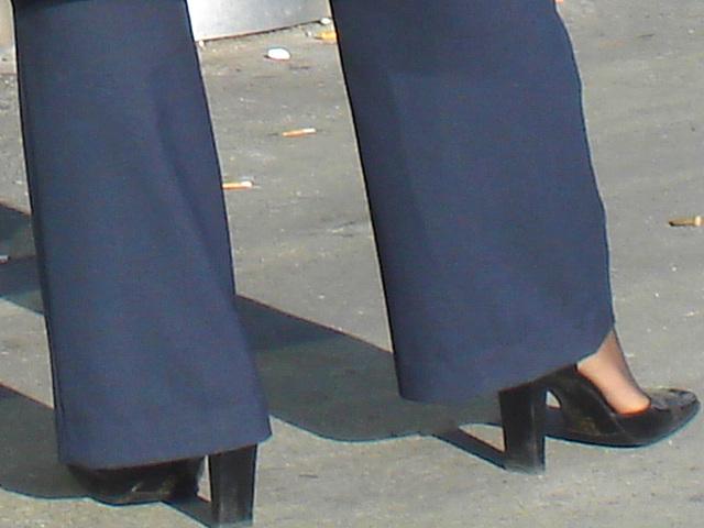 Blonde flight attendant / Hôtesse de l'air blonde - Pose conquérante en talons hauts - Conquering pose in high heels - Aéroport de Montréal. 18 octobre 2008.