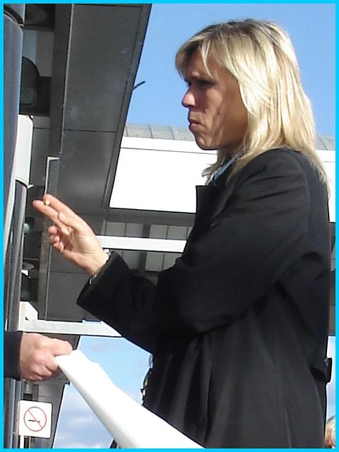 Hôtesse de l'air avec cigarette en main -  Flight attendant with a cigarette in hand - Montreal airport. 18 octobre 2008.