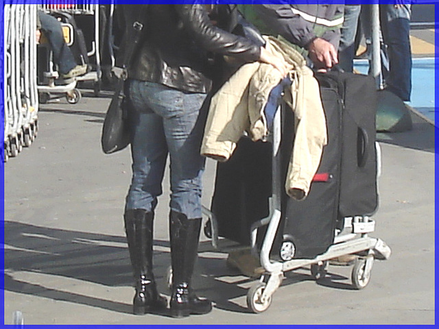 Dame du bel Âge en Bottes SS et manteau de cuir- Mature Lady in SS boots style and short leather coat- Montreal airport- October 18th 2008