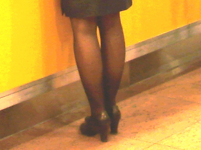 Jet airways high heeled blond flight attendant /  Brussels airport -19-10-2008