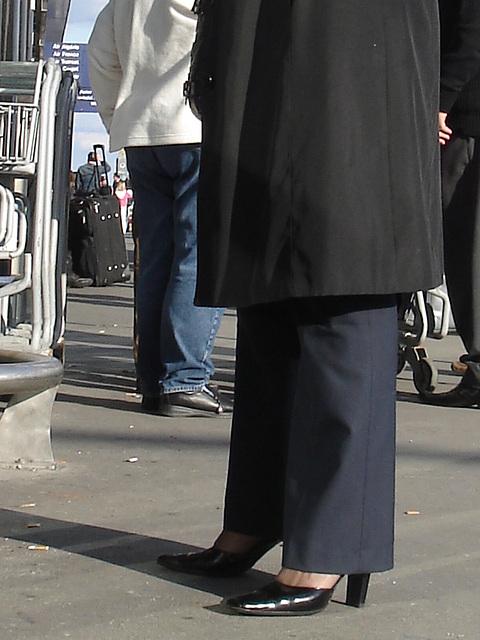 Hôtesse de l'air blonde / Blonde flight attendant - Aéroport de Montréal -  Pose talons hauts et pause cigarette-  High-heeled pose and cigarette breaktime.