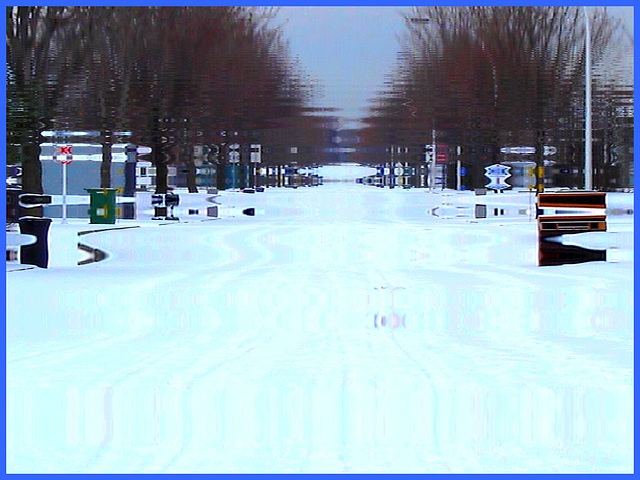 Perspective routière enneigée / Snowy street perspective - Reflet dans l'eau- 9 déc 2008.