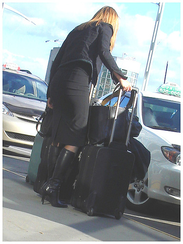 Très séduisante Dame mature en Bottes de Dominatrice - Mature Lady in tremendous Dominatrix Boots- PET Montreal airport