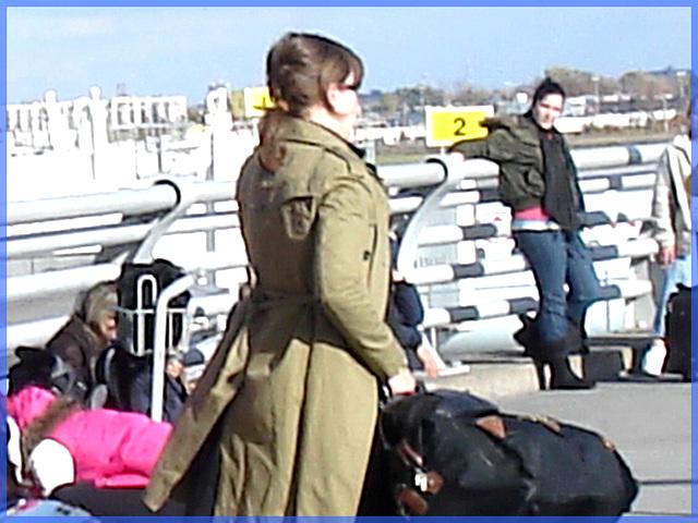 Belle rousse en talons hauts avec des jambes de Déesse - Redhead Lady in high heels with hot calves- Montreal PET Airport - Aéroport de Montréal.