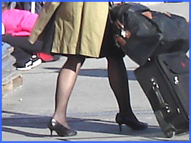 Belle rousse en talons hauts avec des jambes de Déesse - Redhead Lady in high heels with hot calves- Montreal PET Airport - Aéroport de Montréal .