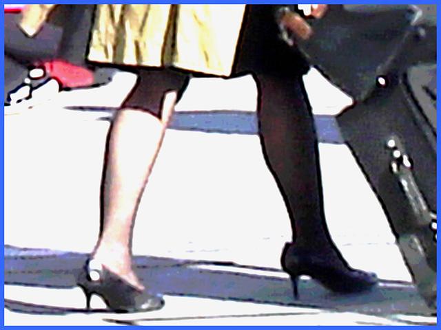 Belle rousse en talons hauts avec des jambes de Déesse - Redhead Lady in high heels with hot calves- Montreal PET Airport - Aéroport de Montréal - Photofiltre création.