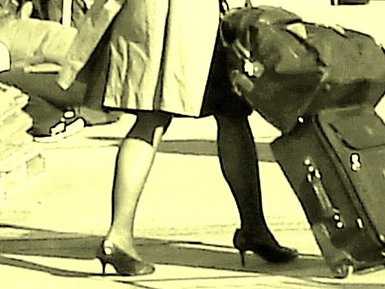 Belle rousse en talons hauts avec des jambes de Déesse - Redhead Lady in high heels with hot calves- Montreal PET Airport - Aéroport de Montréal-Photofiltre- Photo à l'ancienne.