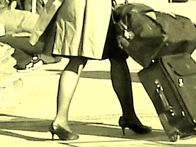 Belle rousse en talons hauts avec des jambes de Déesse - Redhead Lady in high heels with hot calves- Montreal PET Airport - Aéroport de Montréal - Photo à l'ancienne.
