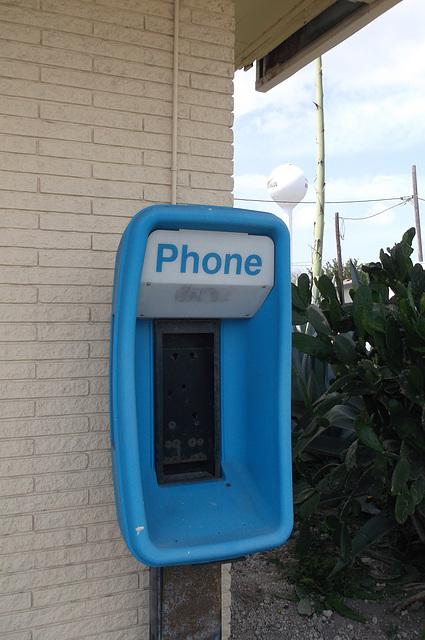 La noyade des téléphones publiques.