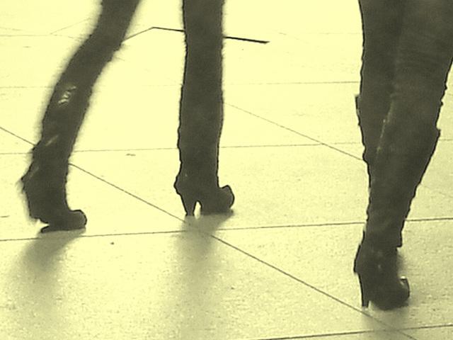 14h32 young pony tail duo in high-heeled boots - Jeunes blondes Danoises en bottes à talons hauts -  Aéroport  Kastrup de Copenhague /  20-10-08-  Vintage / En photo ancienne