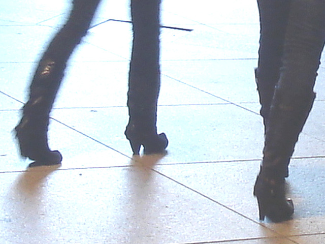 14h32 young pony tail duo in high-heeled boots - Jeunes blondes Danoises en bottes à talons hauts -  Aéroport  Kastrup de Copenhague /  20-10-08