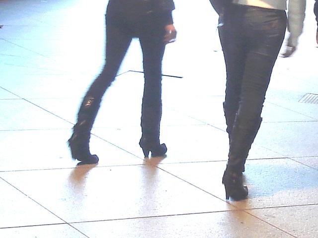 14h32 young pony tail duo in high-heeled boots - Jeunes blondes Danoises en bottes à talons hauts -  Aéroport  Kastrup de Copenhague /  20-10-08