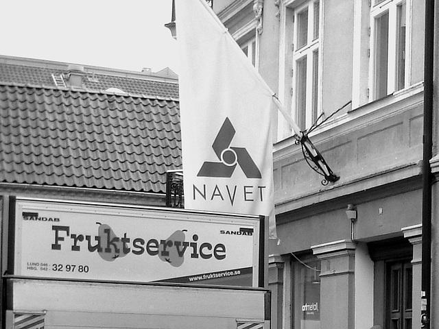 Navet sur drapeau / Frutkservice & Navet scenery  -  Helsingborg / Sweden - Suède.   22 octobre 2008 -  Noir et blanc
