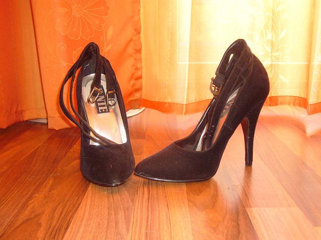 Elsa's friend high heels shoes  -  Janvier 2009.  Original