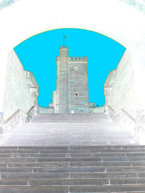 Majestueuse Tour Viking /  Majestic Viking Tower  -  Helsingborg / Suède - Sweden - 22 octobre 2008 -  Négatif avec ciel bleuté