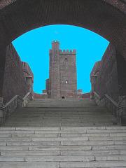 Majestueuse Tour Viking /  Majestic Viking Tower  -  Helsingborg / Suède - Sweden - 22 octobre 2008-  Photofiltrée avec ciel bleu