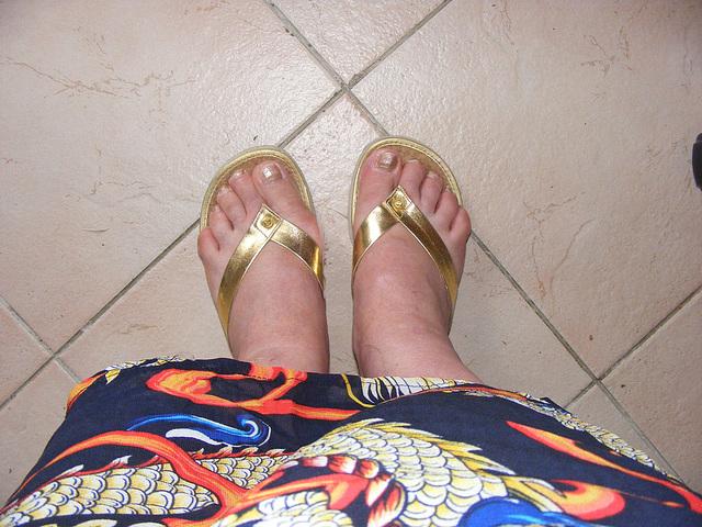 Avec autorisation / Les Pieds sexy de mon amie Chris - Couleurs estivales et sandales dorées.