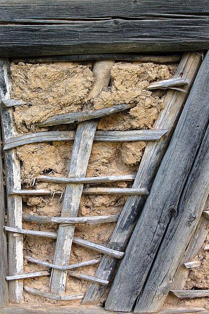 traboj kaj plektaĵo kun argilo kiel natura cemento