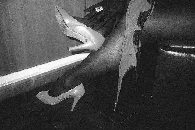 Mon amie Lady Roxy de Buenos Aires en Argentine /  Catalyseur podoérotique de talon hispanique pivotant - Heel pivot hispanic catalyst. B & W