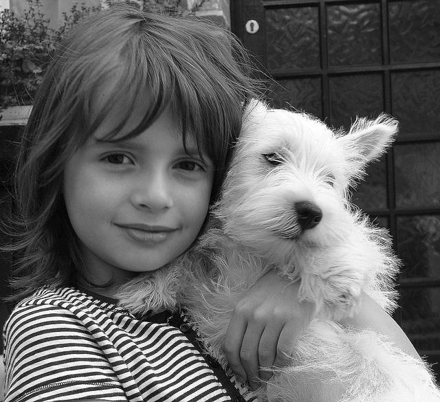 La petite fille et son chien.