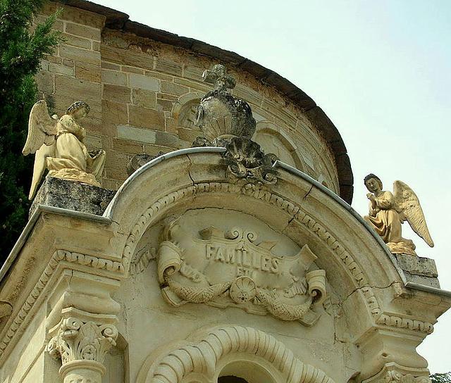 les anges veillent et prient, décoration de tombeau